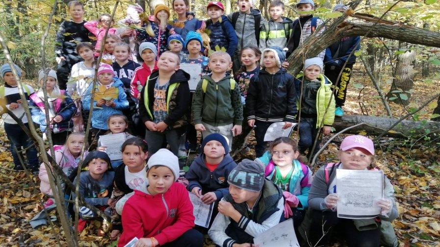 Klasy młodsze na wycieczce w lesie