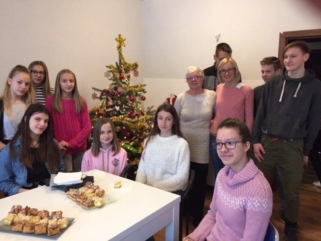 Razem na Święta Szkolny Klub Wolontariatu z wizytą w Domu Seniora w Osmolicach Pierwszych
